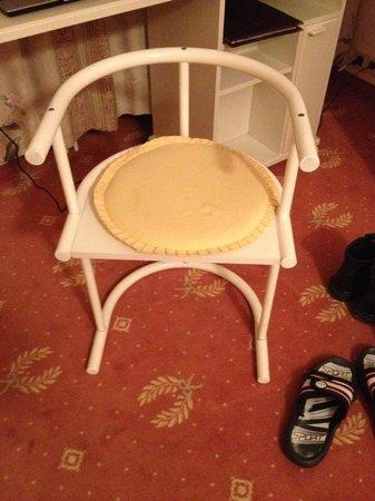 Hahnenkleer Hof Hotel: Etwas unbequemeres als diesen Stuhl habe ich noch in keinem Hotel gefunden