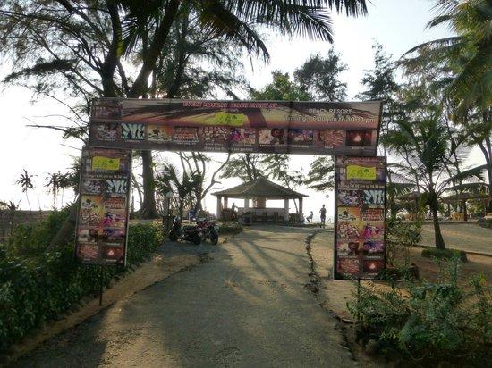 Varca Palms Beach Resort: Вход на пляжную зону