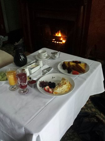 Mohonk Mountain House: Delicious breakfast, room service by the fireplace