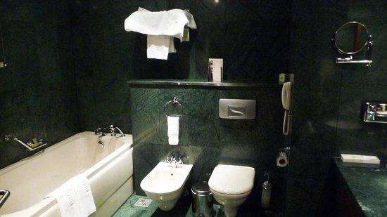 Grand Hotel Sofia: GrandHotelSofia_Bathroom01
