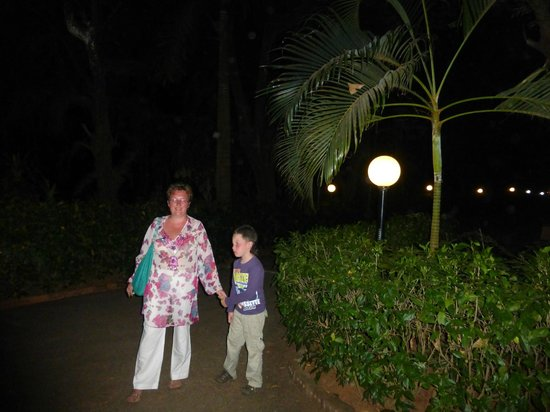 Varca Palms Beach Resort: вечером