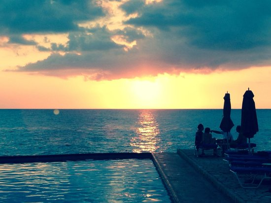 Rockhouse Hotel: Colourful sunsets!!