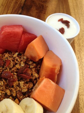 La Botanica Organica Cafe : Homemade granola with tropical fresh fruit and hemp seeds and goji berries... served with farm f