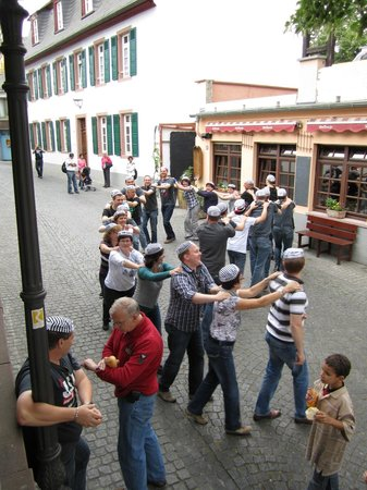 Walking Rudesheim Day Tours: Party time in Rüdesheim