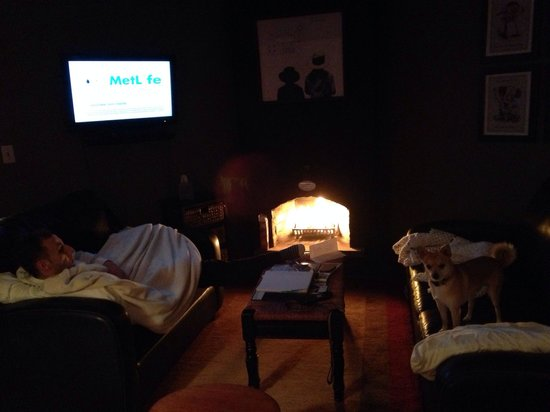 Historic Smithton Inn: Relaxing by the fire