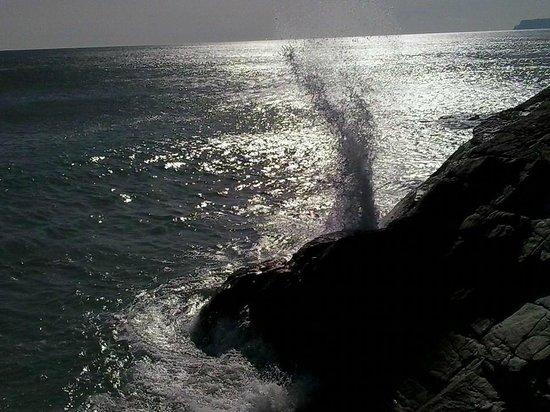 Varazze, إيطاليا: onda che si infrange sugli scogli