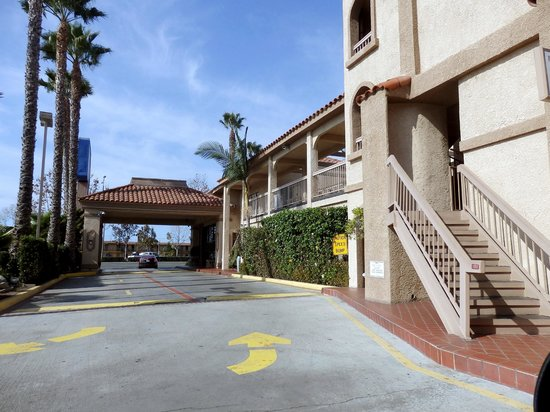 Baymont Inn & Suites - Lax/Lawndale: exit from hotel to street - lobby to the front right