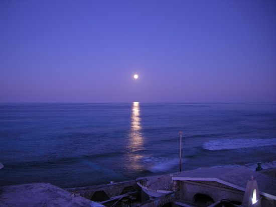 Casa Sirena Hotel : Moonrise over Casa Sirena...taken from the roof.