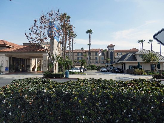 Baymont Inn & Suites - Lax/Lawndale: hotel next to Starbucks coffee