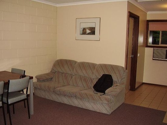 Twelve Apostles Motel & Country Retreat: Couch in the sittingroom - two bedroom unit