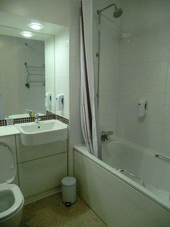 Premier Inn Glasgow City Centre Buchanan Galleries Hotel : Clean & modern bathroom