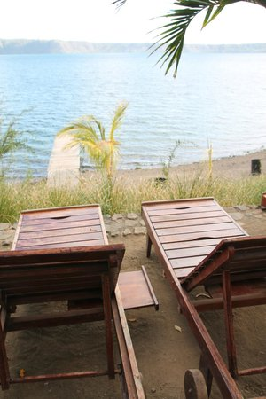 San Simian Eco Lodge: Lounge chairs overlooking the dock/beach