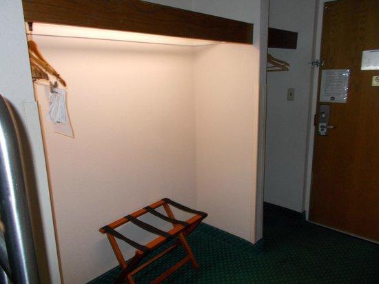 BEST WESTERN Hotel JTB/Southpoint : Closet/overhead shelf