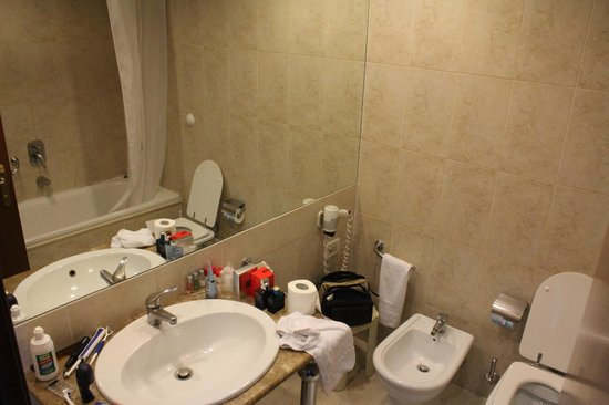 Ramada Naples City Center: ruime badkamer