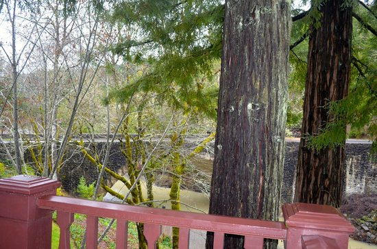 Benbow Historic Inn: View of the river from our patio