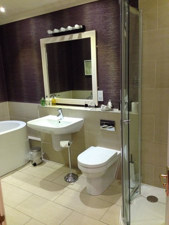 Rufflets Hotel: Room 11 bathroom, good size, lovely full length mirror on facing wall.