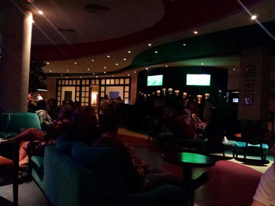 Hilton Sharks Bay Resort: Sports bar shows footy lovely veranda and entertainment on most nights