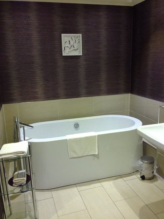 Rufflets Country House Hotel: Free standing bath.