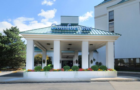 Comfort Inn: Covered front entrance