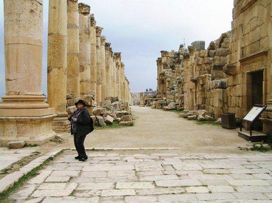 Ruinas de Jerash: STRADA CON NEGOZI
