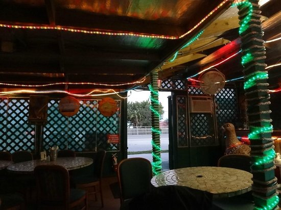 Maria's Backwater Bar & Grill: More indoor decor-looking out towards the main road