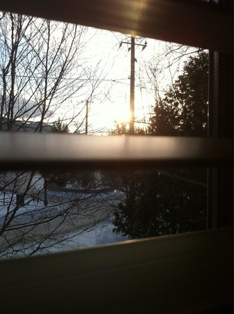 Auberge Le Lupin B&B: Room 2. Sun coming up between the blinds.