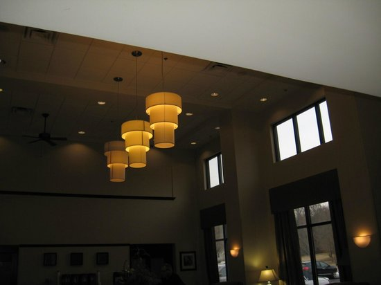 Hampton Inn and Suites Knoxville North: Lighting in breakfast / meeting area