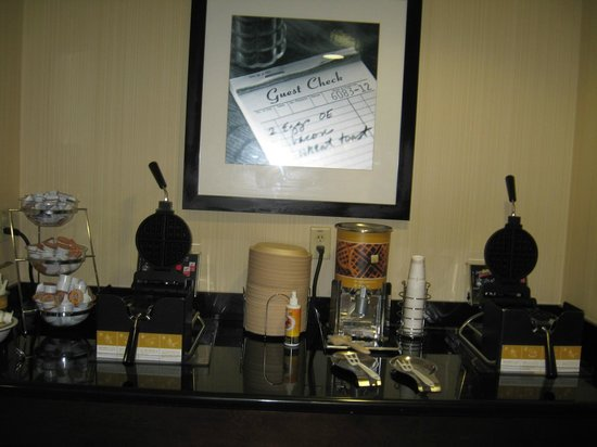 Hampton Inn and Suites Knoxville North: Waffle station