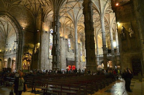 Mosteiro dos Jerónimos (Hieronymuskloster): Towering pillars and pews