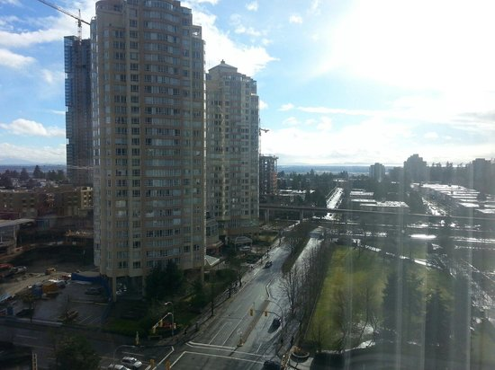 Hilton Vancouver Metrotown: Sunny view from room 1412