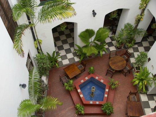 Dhow Palace Hotel: Lobby mit Springbunnen