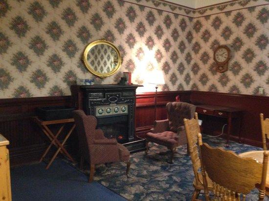 Victorian Inn : Sitting room where I read my book