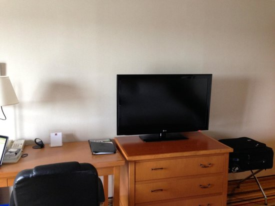 Clarion by Choice Hotel and Conference Centre : Flat screen TV