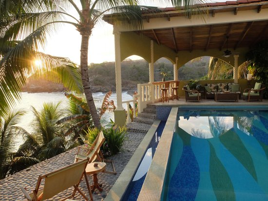 Dulce Villa Bed & Breakfast: Gorgeous sunsets by the pool!!