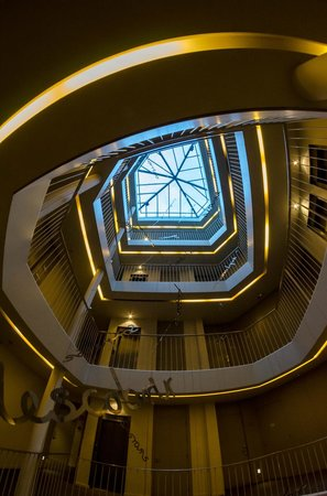 Sercotel Amister Art Hotel: Looking up towards the top of the hotel