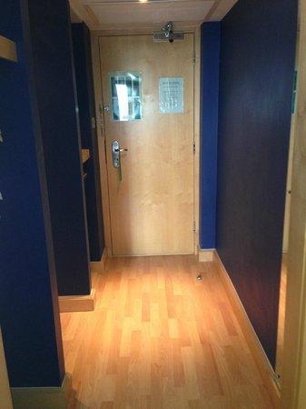 Holiday Inn Milton Keynes Central: The entrance of our room