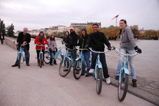 Blue Fox Travel: Students from Minnesota on Blue Bike Tour in Paris