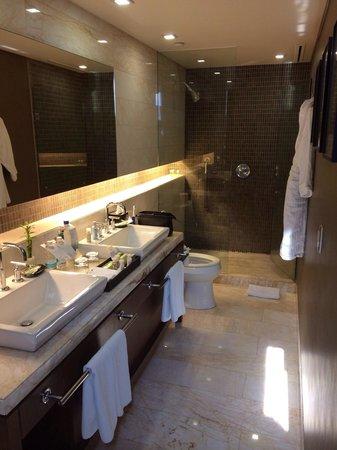The Westin Santa Fe, Mexico City: Narrow but very classy main bath - ahh, Heavenly Shower!
