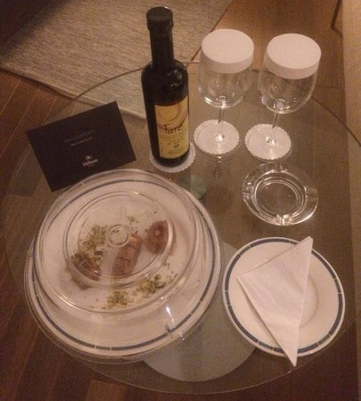 Hilton Athens : Greek sweets & red wine in room on arrival!  Cute 😊