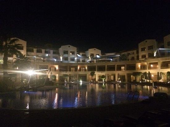 Coral Sea Aqua Club Resort: Coral Sea Aqua Club by night