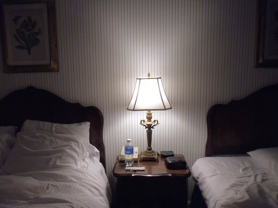 Town and Country San Diego : Lamp between the twin beds