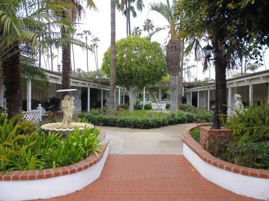Town and Country San Diego : The grounds are well kept