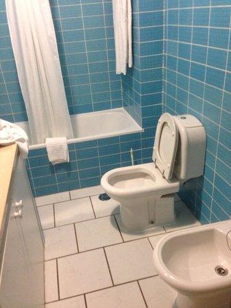 Pateo Village Apartments: Very clean bathroom