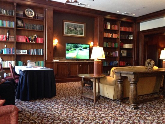 Hotel Talisa, Vail: Library watching Accenture Match Play. Room not ready