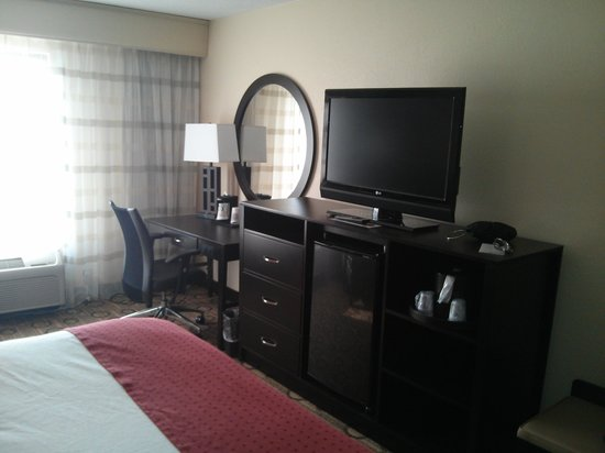 Holiday Inn Anderson: 32 TV..fridge and microwave