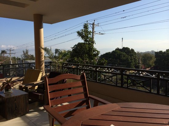 Allamanda Hotel: Breakfast on the common balcony overlooking Rue Metellus