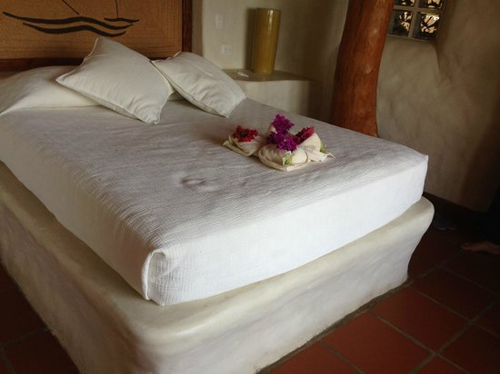 Pelican Eyes Resort & Spa: Queen bed after maid service