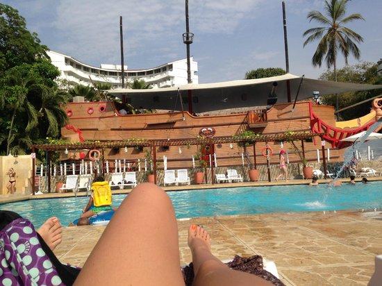Vista piscina y restaurante rococo picture of decameron for Alberca restaurante