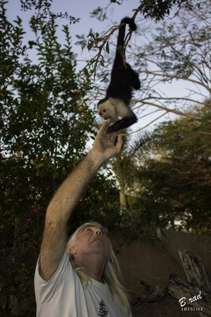 Finca Las Nubes : Handling a monkey