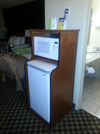 BEST WESTERN Strathmore Inn: Cute stand to house microwave & fridge